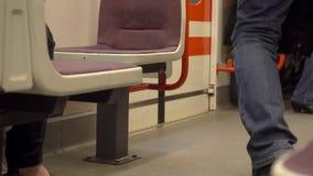 Люди идя в и из поезда на станции Стоковые Изображения