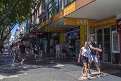 Люди идя в район в мужественном, Австралию торговой улицы стоковые изображения