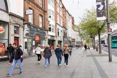 Люди идя в улицу Генри, Дублин, Ирландия стоковое фото