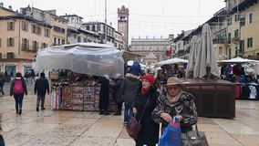 Люди идя в центр города Вероны в Италии видеоматериал
