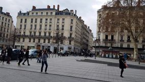 Люди идя в Place De La Republique, Лион, Францию видеоматериал