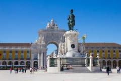 Люди идя в Praca делают Comercio, Лиссабон, Португалию Стоковое Изображение