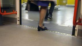 Люди идя из поезда на станции Стоковые Изображения RF