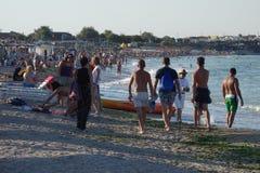 Люди идя или загорая на пляже Стоковые Фотографии RF