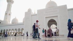 Люди идя и принимая фото около шейха Zayed Мечети видеоматериал