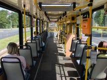 Люди идя к назначениям трамваем в городе Стоковые Изображения