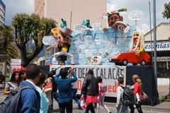 Люди идя на бульвар Amazonas восхищая фестиваль ` Anos Viejos ` Фестиваль традиция которая случается каждый год Стоковые Фото