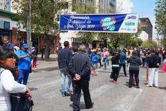 Люди идя на бульвар Amazonas восхищая фестиваль ` Anos Viejos ` Фестиваль традиция которой случается каждый год к Стоковые Изображения RF