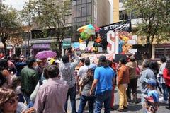 Люди идя на бульвар Amazonas восхищая фестиваль ` Anos Viejos ` Фестиваль традиция которой случается каждый год к Стоковые Изображения