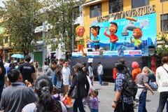 Люди идя на бульвар Amazonas восхищая фестиваль ` Anos Viejos ` Фестиваль традиция которой случается каждый год к Стоковые Фотографии RF