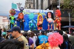 Люди идя на бульвар Amazonas восхищая фестиваль ` Anos Viejos ` Фестиваль традиция которой случается каждый год к Стоковые Фото