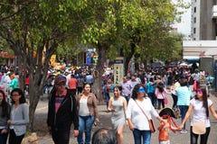 Люди идя на бульвар Amazonas восхищая фестиваль ` Anos Viejos ` Фестиваль традиция которой случается каждый год к Стоковое Фото