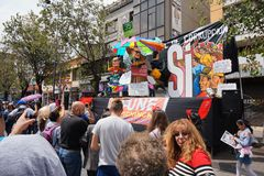 Люди идя на бульвар Amazonas восхищая фестиваль ` Anos Viejos ` Фестиваль традиция которой случается каждый год к Стоковое Изображение RF