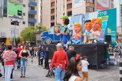 Люди идя на бульвар Amazonas восхищая фестиваль ` Anos Viejos ` Фестиваль традиция которой случается каждый год к Стоковое фото RF