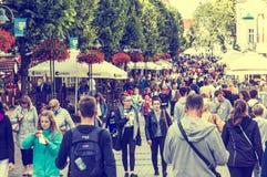 Люди идя на героев улицы Monte Cassino в Sopot, Polan стоковая фотография