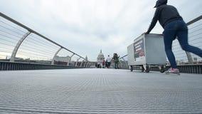 Люди идя на мост тысячелетия на сумраке в Лондоне видеоматериал