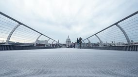 Люди идя на мост тысячелетия на сумраке в Лондоне акции видеоматериалы