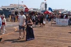 Люди идя на пристань Санта-Моника Стоковые Изображения RF