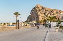 Люди идя на прогулку в каподастре San Vito Lo Стоковые Изображения RF