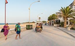 Люди идя на прогулку в каподастре San Vito Lo Стоковые Фотографии RF