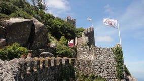 Люди идя на стены замка причаливают, Sintra, Португалия видеоматериал