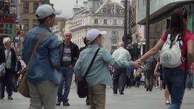 Люди идя на толпить улицу от центра города Лондона