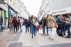 Люди идя на улицу Grafton, Дублин, Ирландия стоковая фотография rf
