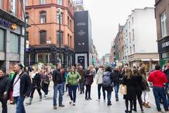 Люди идя на улицу Grafton, Дублин, Ирландия Стоковое Изображение