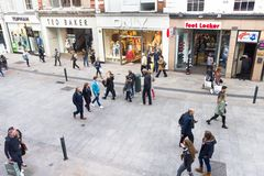 Люди идя на улицу Grafton, Дублин, Ирландия Стоковые Фото