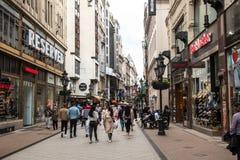 Люди идя на улицу utca Vaci стоковое изображение rf