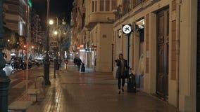 Люди идя на Carrer de Двоеточие в ночи Валенсия, Испании акции видеоматериалы