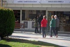 Люди идя перед будочками рождества в Гранаде 06 Стоковые Фотографии RF