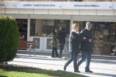 Люди идя перед будочками рождества в Гранаде 07 стоковое изображение rf