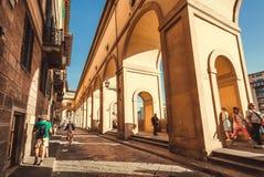 Люди идя под исторические своды узких улочек старого города Тосканы стоковые фотографии rf
