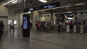 Люди идя через турникеты в метро Лиссабона, Португалии сток-видео