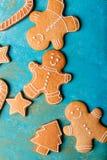Люди имбиря с покрашенной поливой на предпосылке бирюзы gingerbread изображения находки печений рождества смотрят больше моего по Стоковая Фотография RF