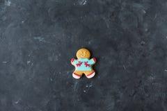 Люди имбиря с покрашенной поливой на серой предпосылке gingerbread изображения находки печений рождества смотрят больше моего пор Стоковое Фото