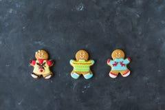 Люди имбиря с покрашенной поливой на серой предпосылке gingerbread изображения находки печений рождества смотрят больше моего пор Стоковое Изображение