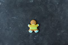 Люди имбиря с покрашенной поливой на серой предпосылке gingerbread изображения находки печений рождества смотрят больше моего пор Стоковая Фотография