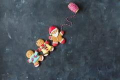 Люди имбиря с покрашенной поливой на серой предпосылке gingerbread изображения находки печений рождества смотрят больше моего пор Стоковое фото RF