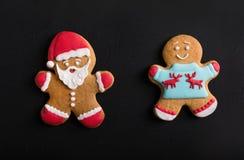 Люди имбиря с покрашенной поливой на черной предпосылке gingerbread Стоковая Фотография RF