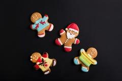 Люди имбиря с покрашенной поливой на черной предпосылке gingerbread Стоковые Фото