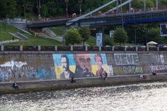 Люди имеют пешеходный мост neare остатков в Киеве, Украине Стоковые Фотографии RF