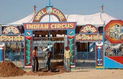 Люди имеют потеху на индийском цирке, Pushkar, Индии Стоковое Фото