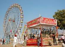 Люди имеют потеху на парке атракционов во время традиционного mela верблюда в Pushkar Стоковое Изображение RF