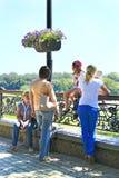 Люди имея остатки в парке города Женщины ослабляя в парке города в каникулах Стоковые Изображения RF