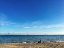 Люди имея полезного время работы на пляже на лете Отдых и свободное время стоковое фото