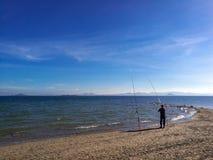 Люди имея полезного время работы на пляже на лете Отдых и свободное время стоковые фотографии rf