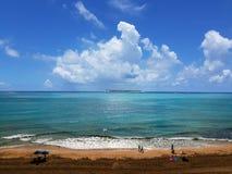 Люди имея полезного время работы на пляже на лете Отдых и свободное время стоковые изображения rf