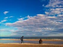 Люди имея полезного время работы на пляже на лете Отдых и свободное время стоковая фотография rf